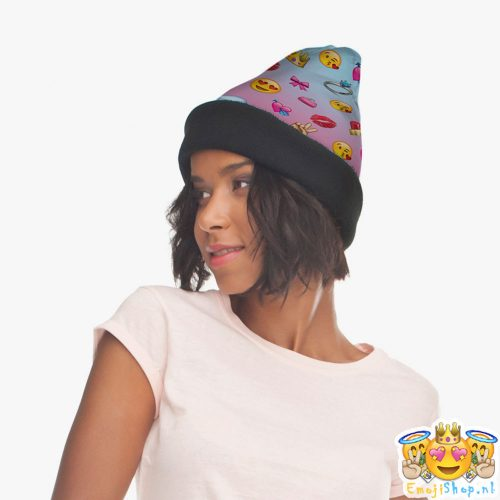 girly-emoji-beanie-model-zijkant